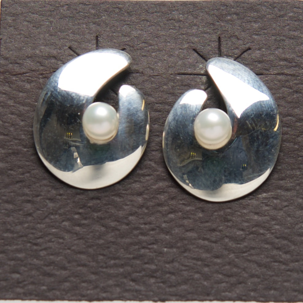 MM-E-14b Earring, Sterling & Pearl by Margie Magnuson - © Blue Pomegranate Gallery