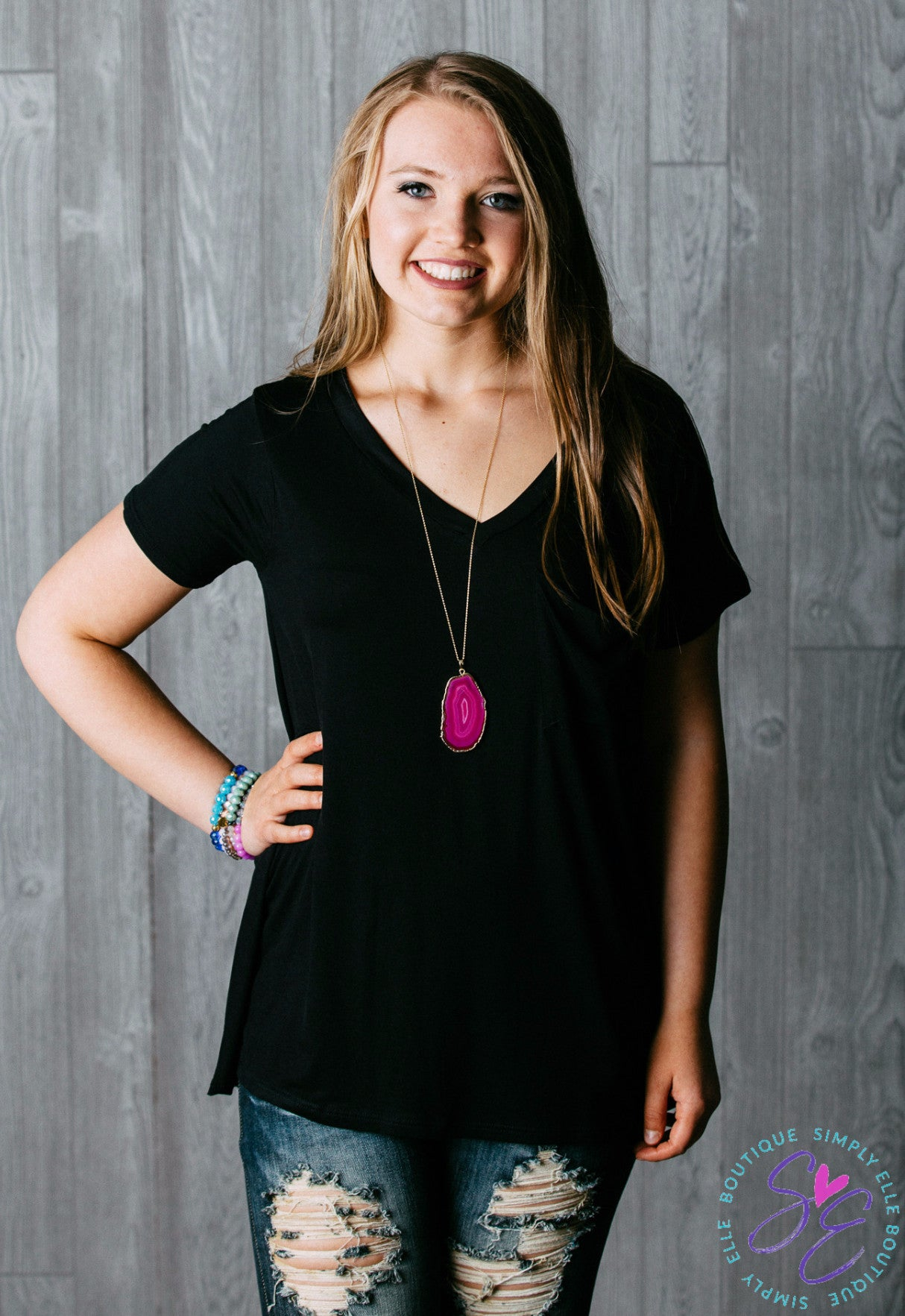 Black casual tshirt. Perfect to wear with jeans. Dress it up with a cute necklace!