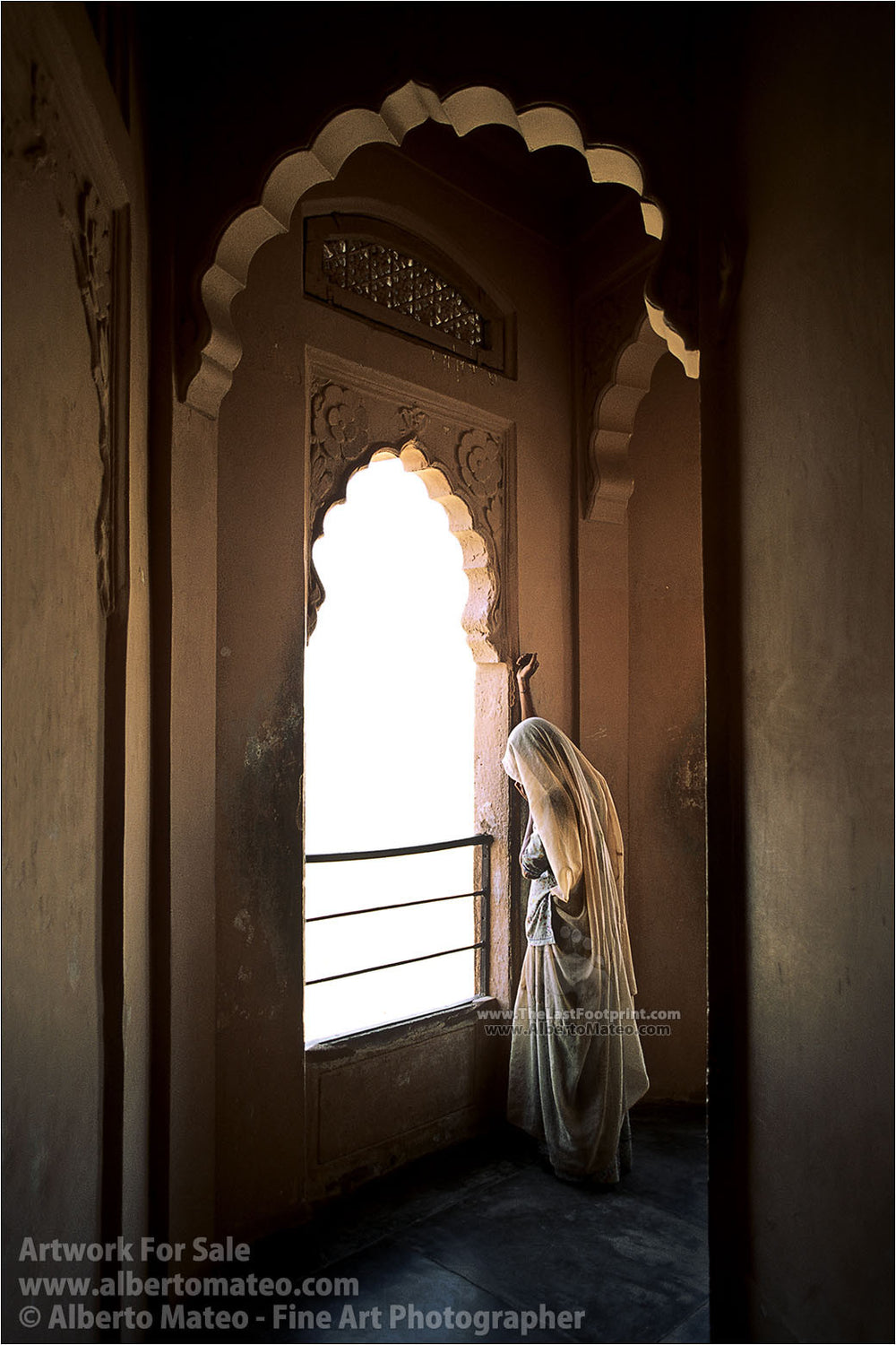 Woman next to Window, Udaipur. | Alberto Mateo, Fine Art Photographer.
