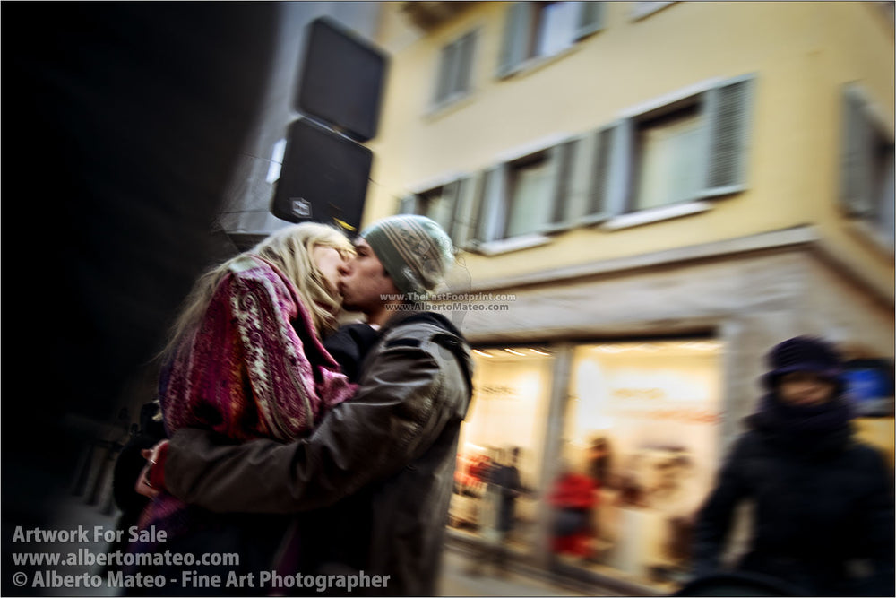 Couple kissing in Via Mazzini, Verona, Italy.