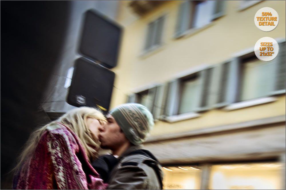 Couple kissing in Via Mazzini, Verona. | Detail.