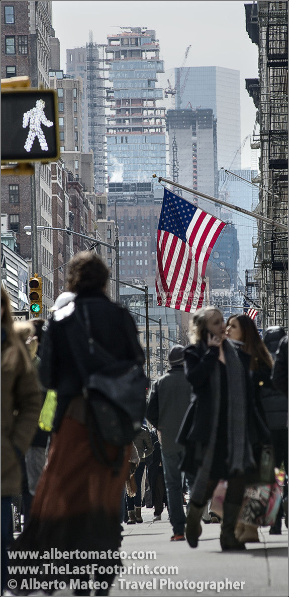 American flag, 5th Ave., Manhattan, by Alberto Mateo.