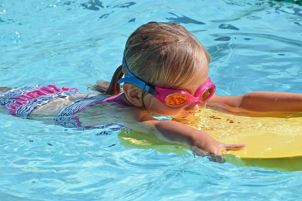 5 Reasons to put your kids in swim class