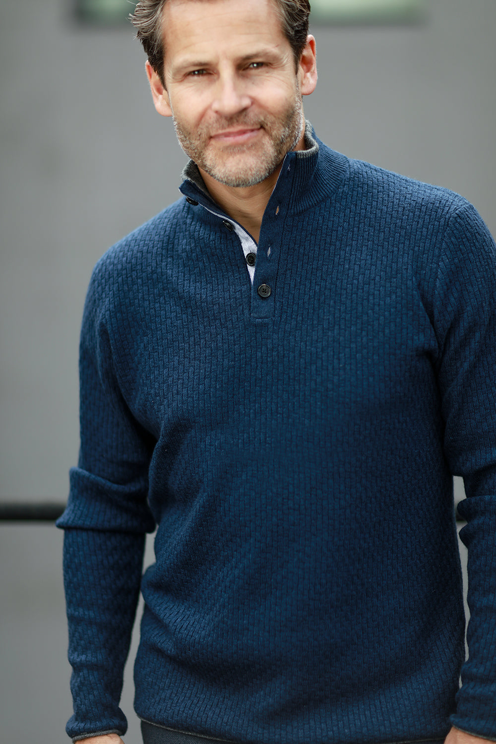 Men´s Cashmere Sweater Button neck Andromeda in Carbon Stitch Indigo on model