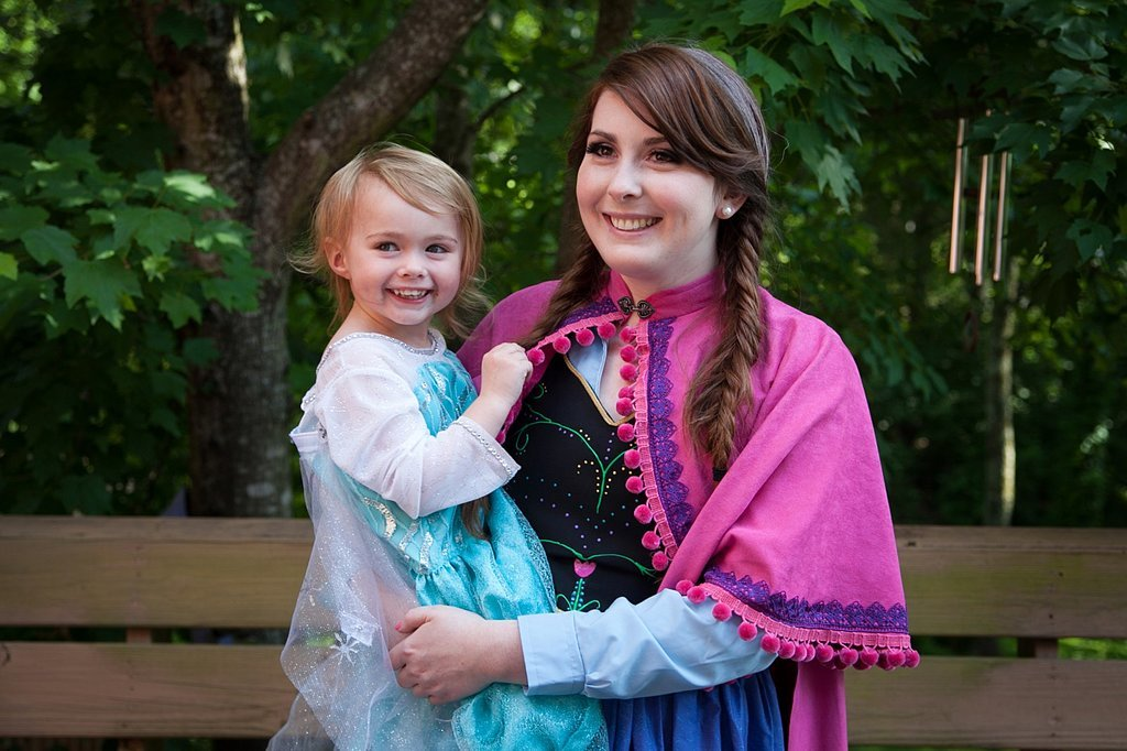 Mother-daughter-wore-Frozen-costumes-throughout-party-making