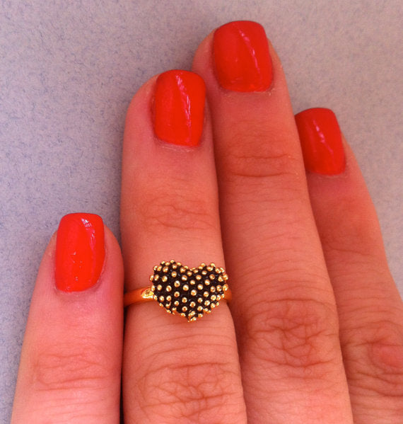 black and gold heart mid-finger ring