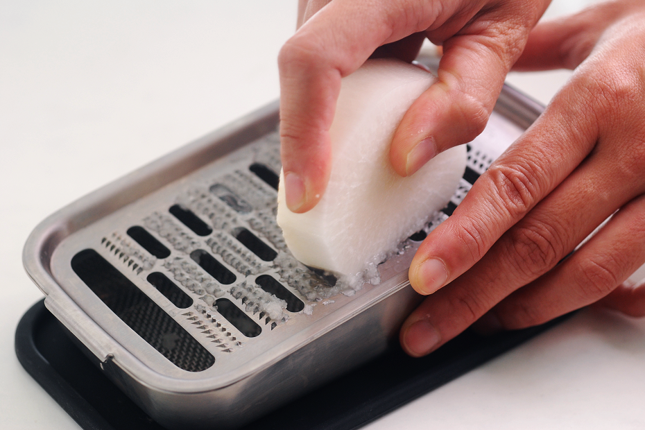 To grate finely is ideal for making fluffy daikon oroshi that has good texture when eaten.