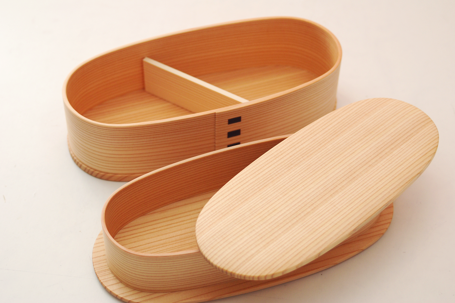 Magewappa is a lunchbox that is made of a single wooden plate such as cedar and cypress by bending and shaping it into an oval, and adding a bottom plate and lid afterwards.