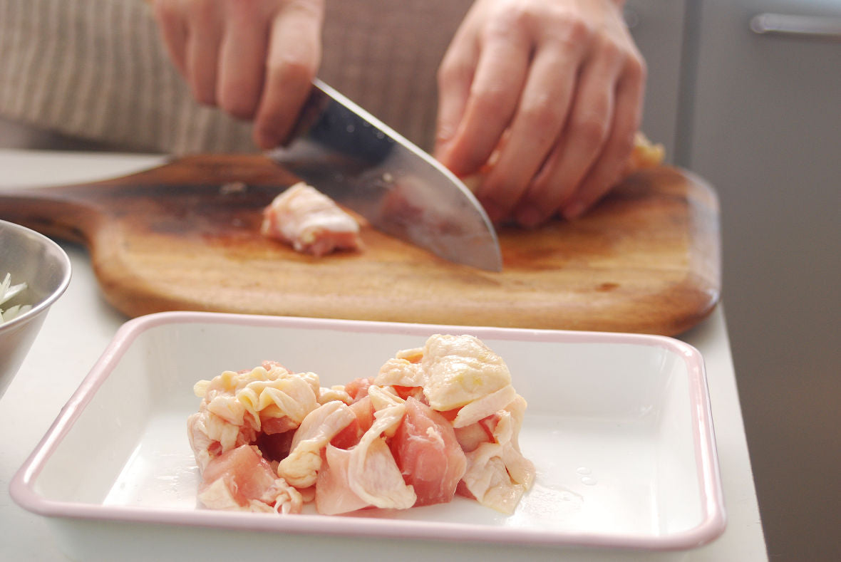 Slice the onion crosswise into 5 mm strips. Chop the chicken into bite-size chunks.