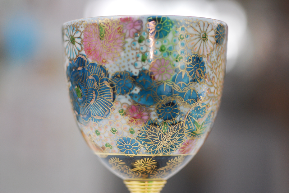 "The design in the pic is called ""Hanazume Gold Floral"", which is a representative Kutani painting with 5 colors and gold line around."