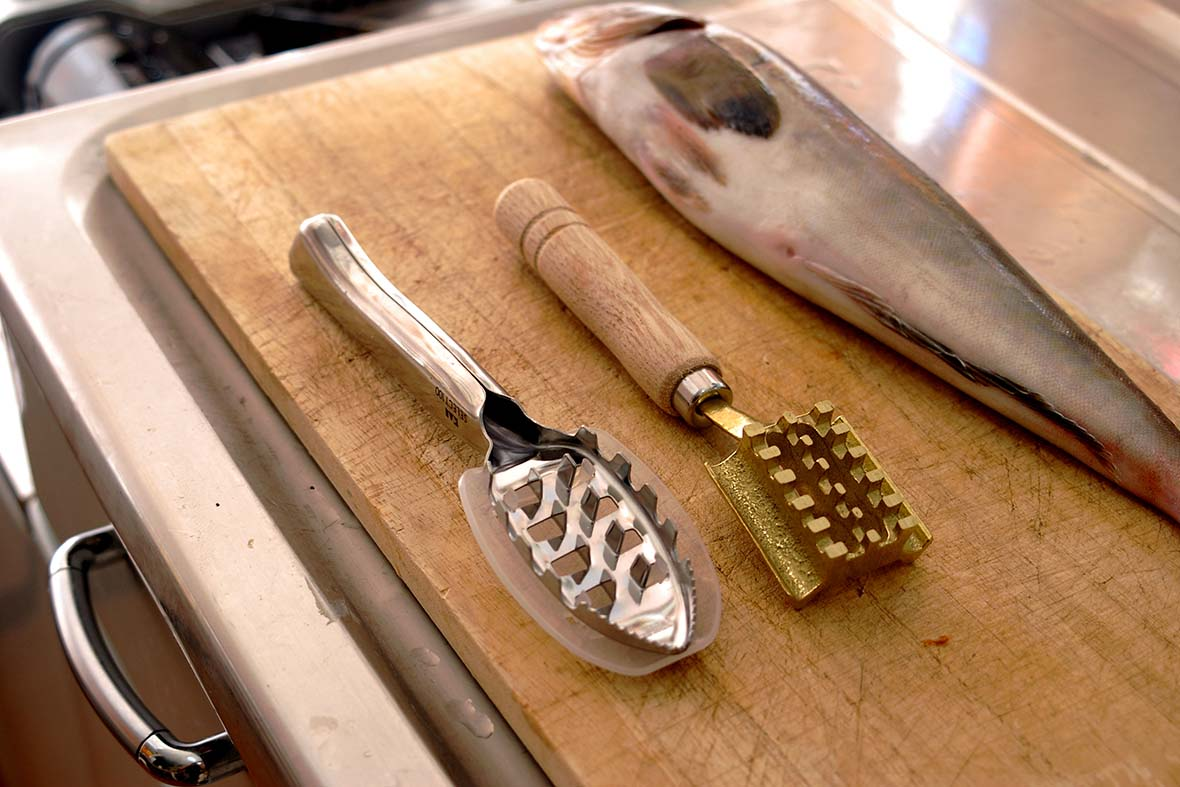 As fish have been eaten a lot in Japan since ancient times, fish scalers have been traditionally used.