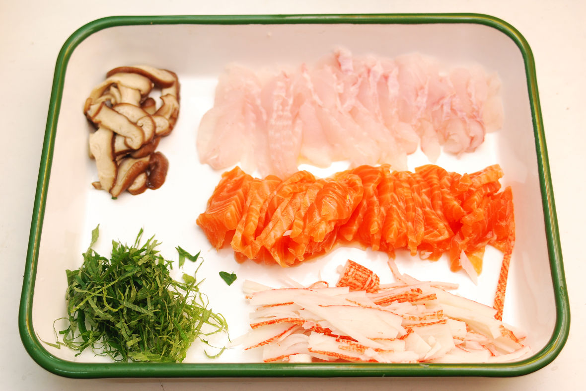 Typical ingredients are thinly sliced omelette, dried seaweed and salmon.
