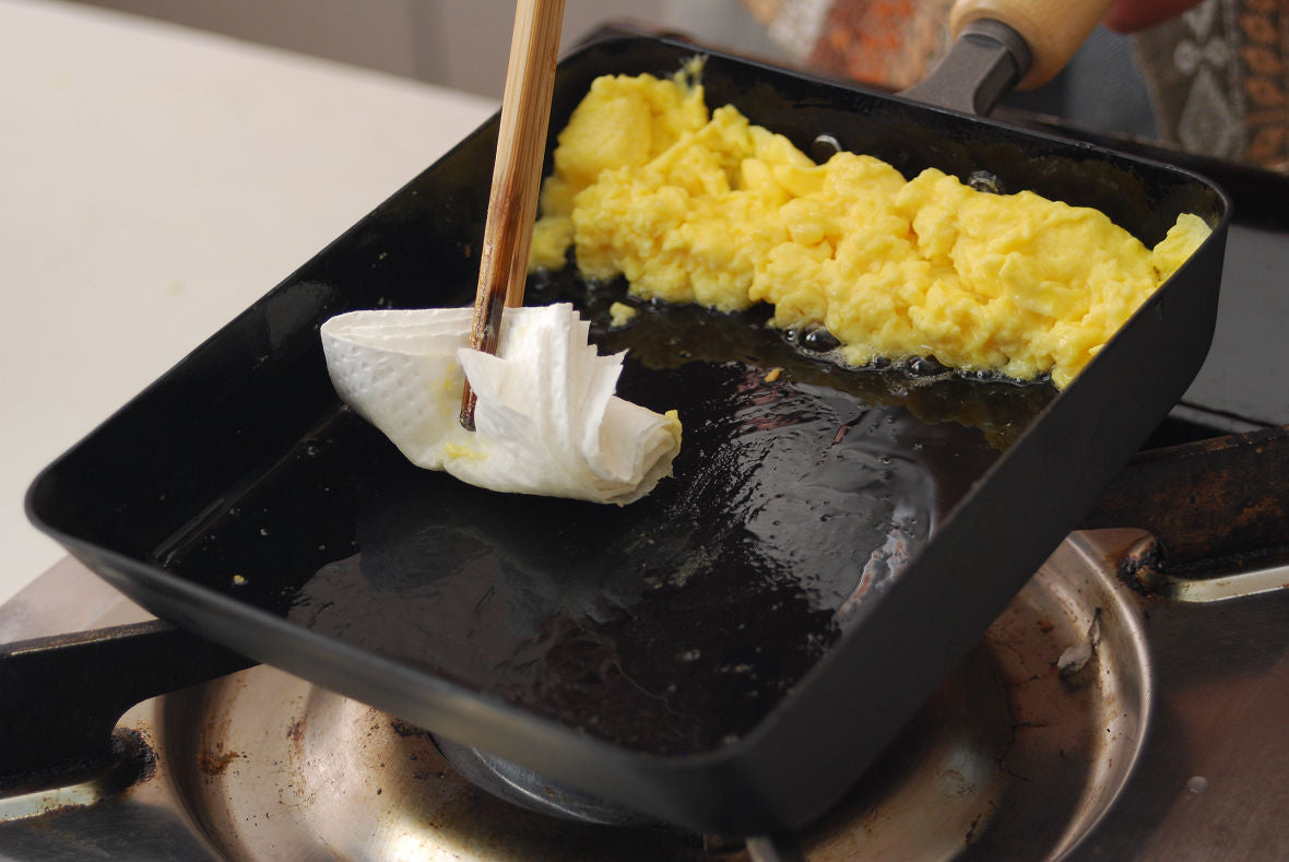 When the egg starts getting solid, pull it toward yourself and apply oil to the empty space.