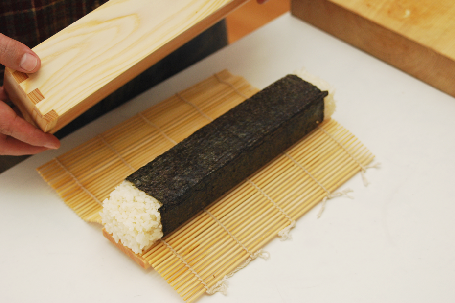 Put the rolled sushi out of the mould.