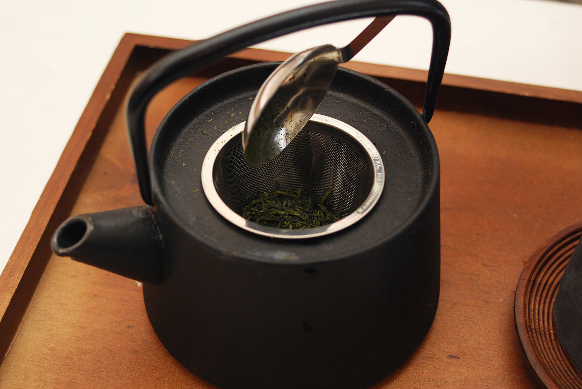 Place a tea strainer in the Kyusu teapot and add tea leaf.