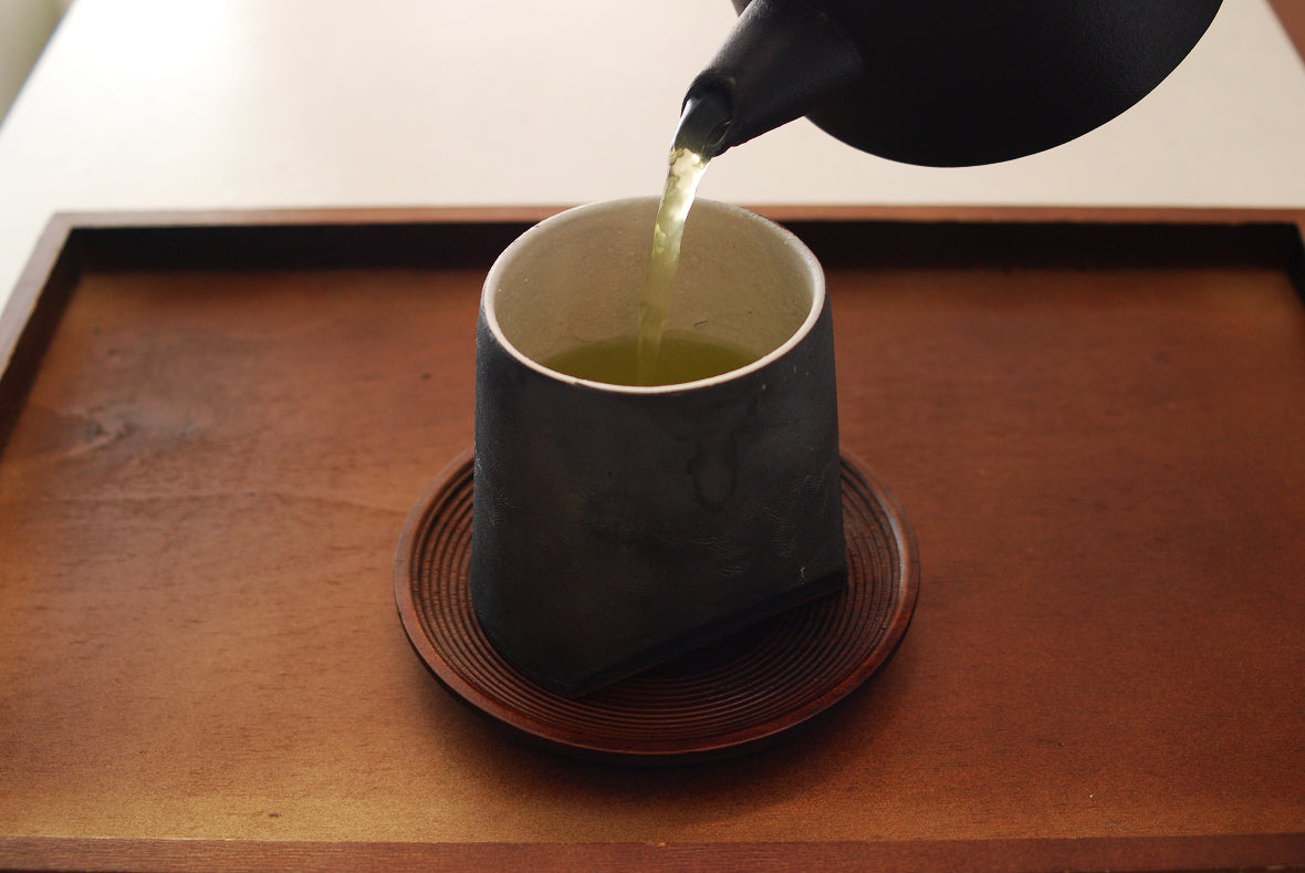 Once pouring hot water in the Kyusu teapot, put the lid and wait for a minute to steam the tea.