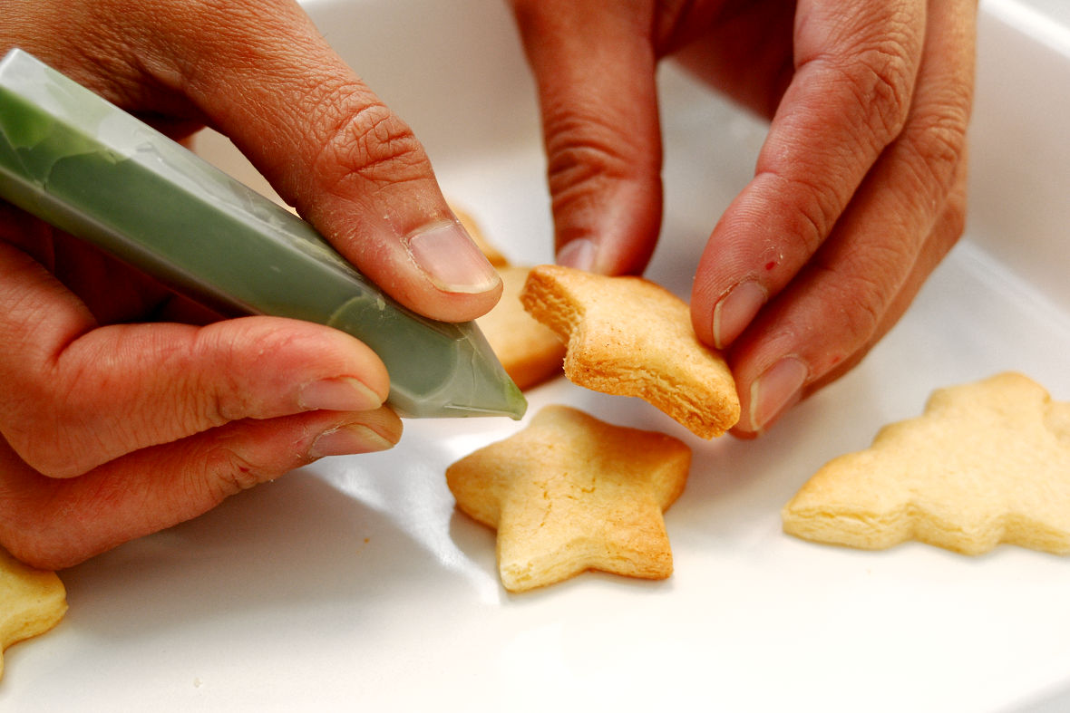 Connect each part with royal icing.