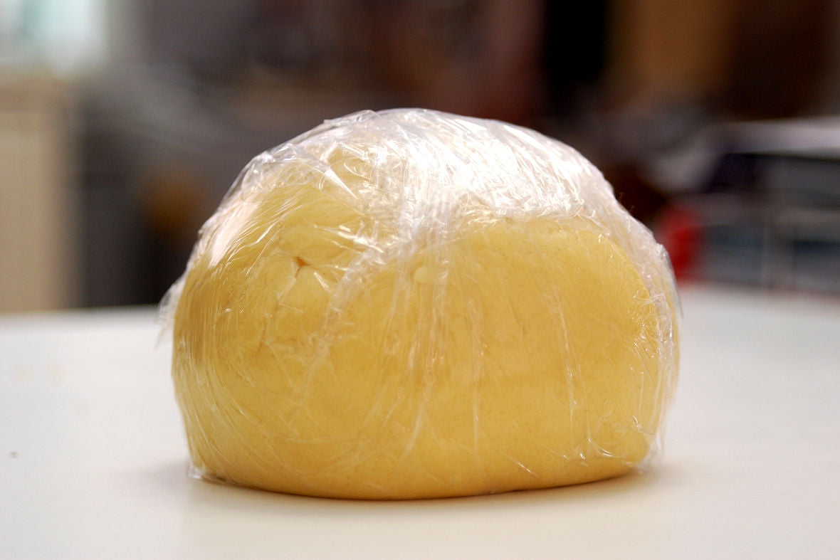 Once fold the flour into dough, wrap it in plastic wrap and leave it in the refrigerator for 30 minutes.