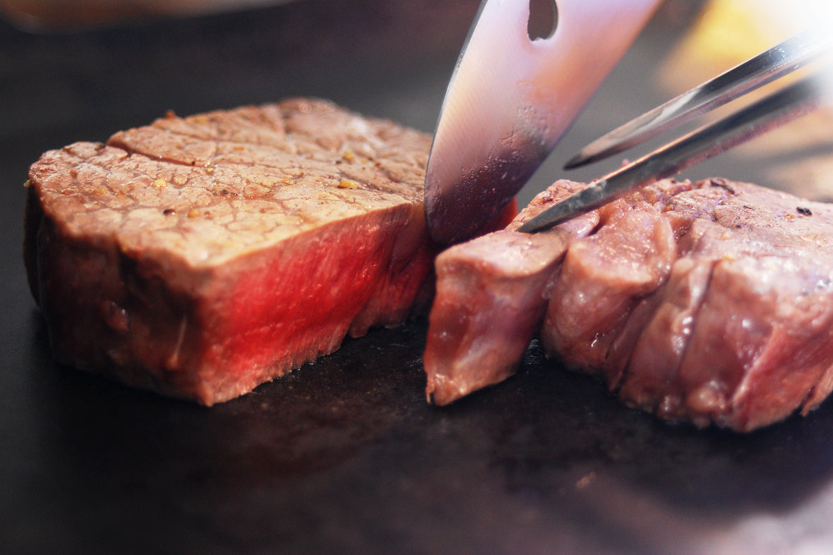 At professional Teppanyaki restaurants, thick grill pan, carving knives or carving forks are usually used.