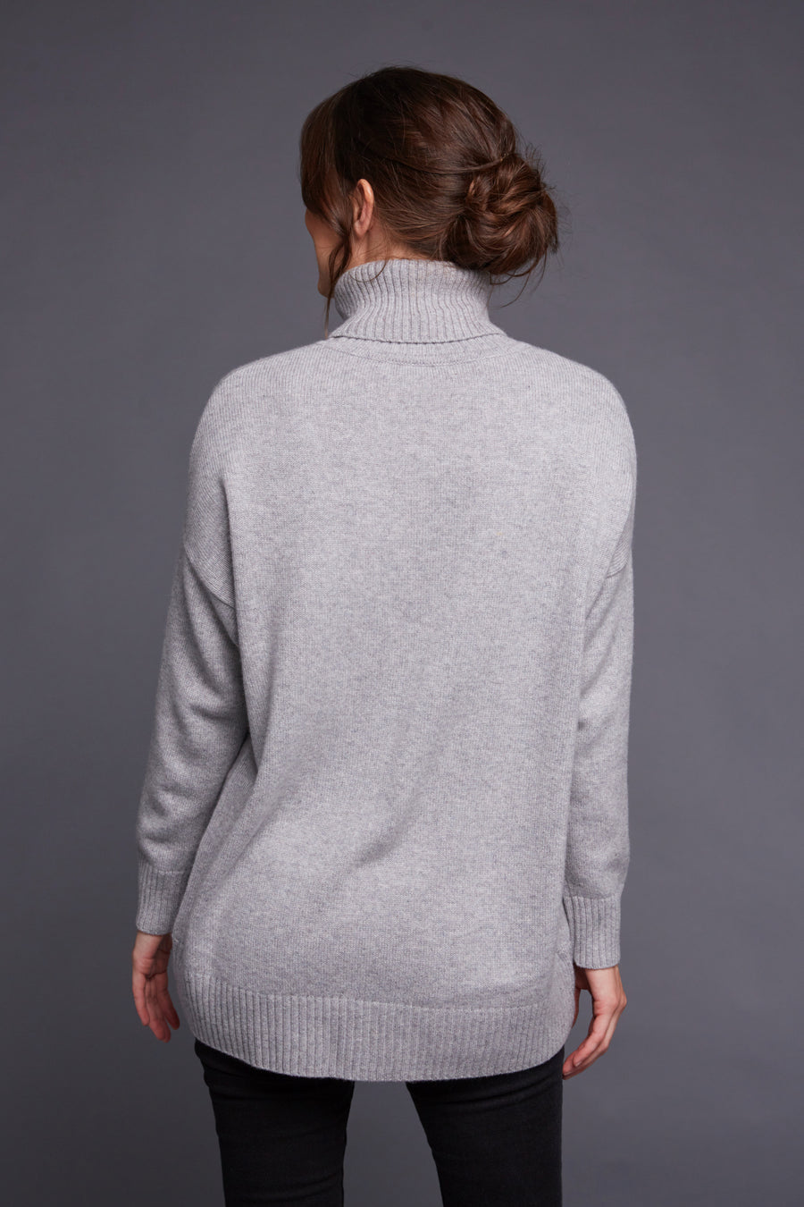 pine cashmere women's turtleneck sweater with long sleeve and relaxed trendy fit  in grey color made with high quality 100% pure organic cashmere