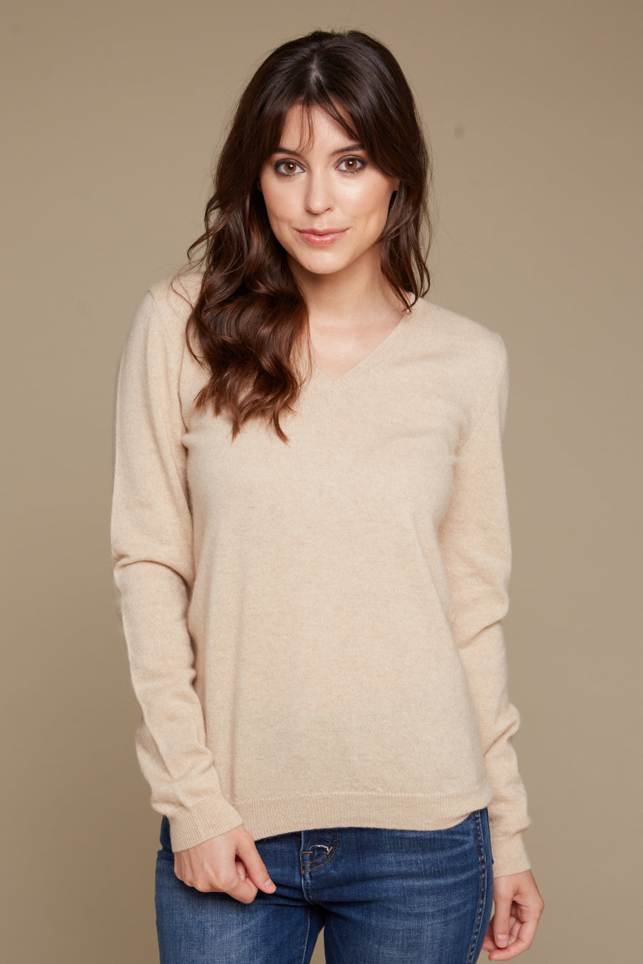 pine cashmere vienna women's 100% pure organic cashmere classic v-neck sweater in tan