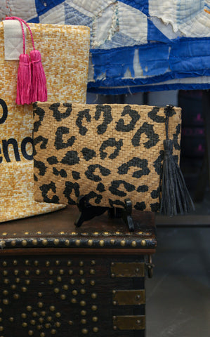 STRAW LEOPARD CLUTCH