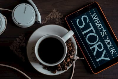 "Café com cartaz ""What's your story"""