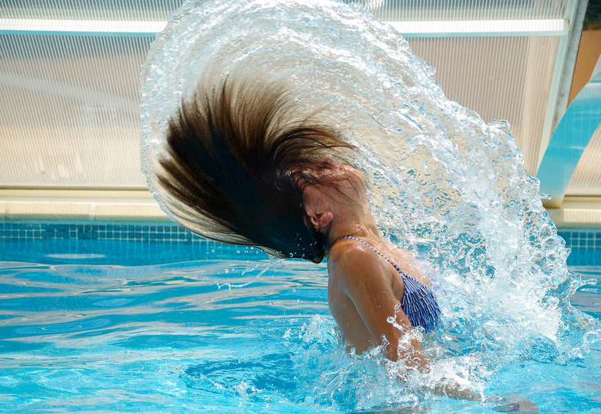Does the water from a swimming pool really turn blonde hair green?