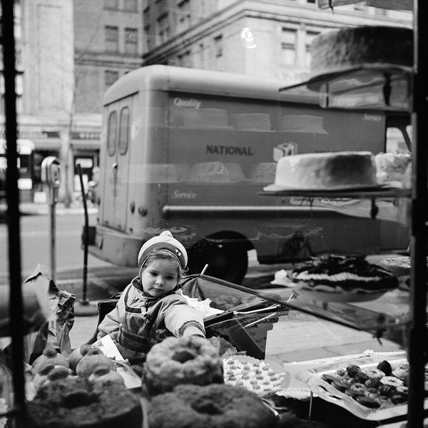 Vivian Maier: New York, 1954. Cake shop window.