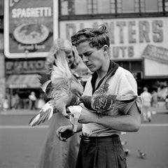 Vivan Maier, New York, feeding pigeons