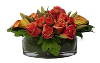 Apricot coloured roses and calla lilies