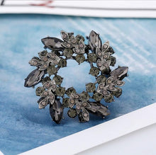 Round Wreath Brooch