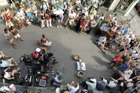 800px-Street_musicians_and_audience_2012_New_Orleans