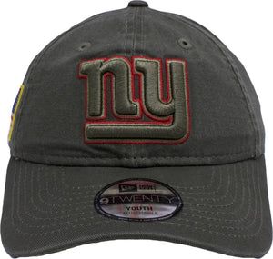 on the front of the new york giants salute to service kid's sized dad hat is the new york giants logo embroidered in green