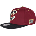 The left side of this Cleveland Cavaliers snapback cap is the embroidery of the American Flag, outlined in gold.