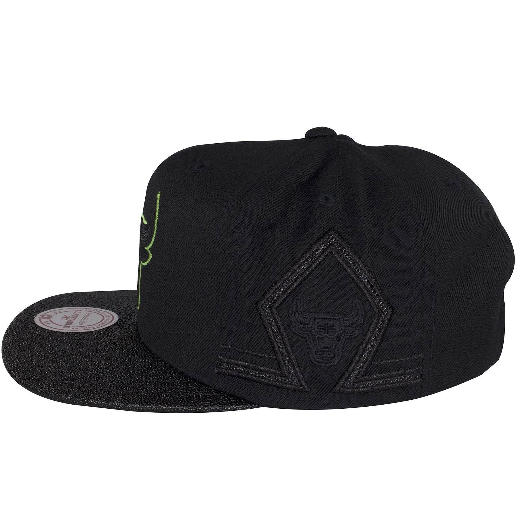 fc8037642cd679 The sides of this Altitude Chicago Bulls black snapback hat shows a diamond  shape similar to  The back of this Chicago Bulls Black And Green Jordan 13  ...