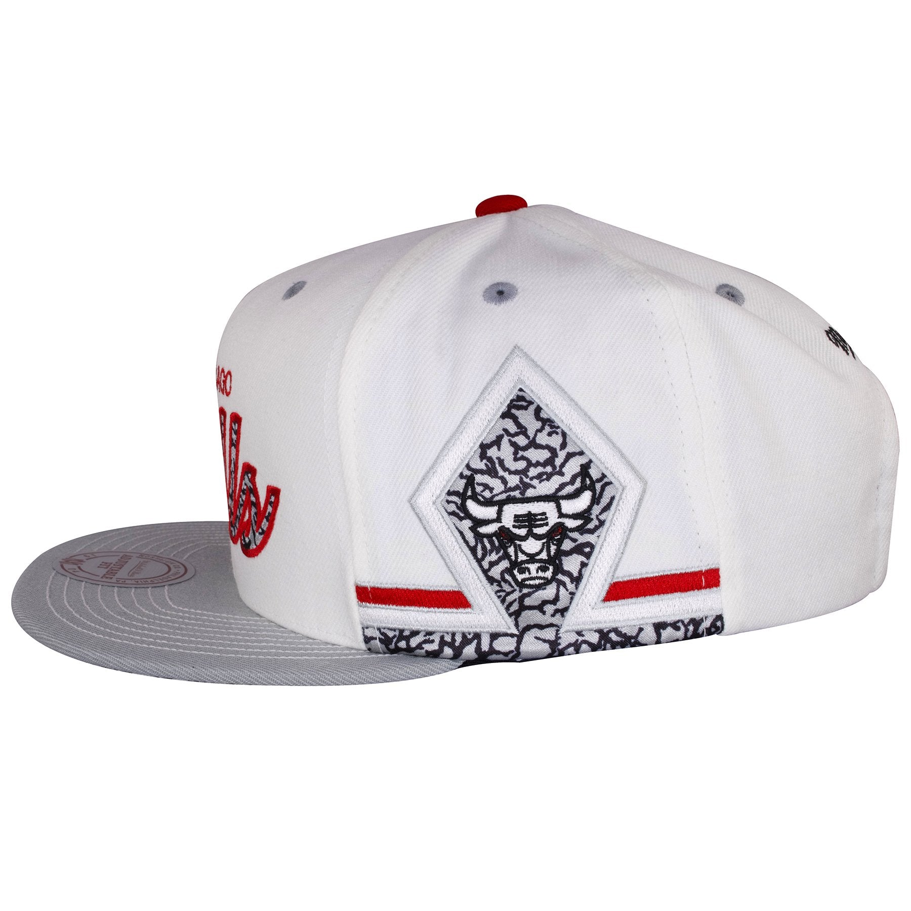 c94dc0fe892e5f ... The sides of this Chicago Bulls Air Jordan Snapback Hat shows a diamond  shape design in ...