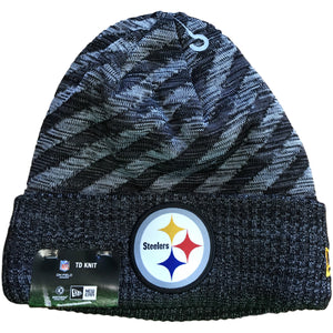 The Pittsburgh Steelers 2018 On-Field Sideline Cold Weather Raided Cuff beanie is navy blue and features the Pittsburgh Steelers logo on the front of the raised cuff in blue, yellow, white, and black