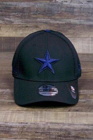 the Dallas Cowboys 2019 Blackout Mesh Training Cap | 39Thirty Cowboys Flexfit On Field Sideline Training Hat has a navy blue Dallas star on the front