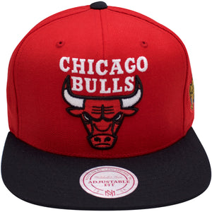 the chicago bulls 1996 nba finals patch snapback hat has a high red crown and a black flat brim