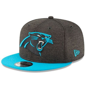 on the front of the 2018 carolina panthers on field sideline snapback hat is the carolina panthers logo embroidered in blue and black