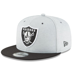 Embroidered on the front of the 2018 On Field Oakland Raiders Sideline Snapback Hat is the Oakland Raiders logo in black, gray, and white