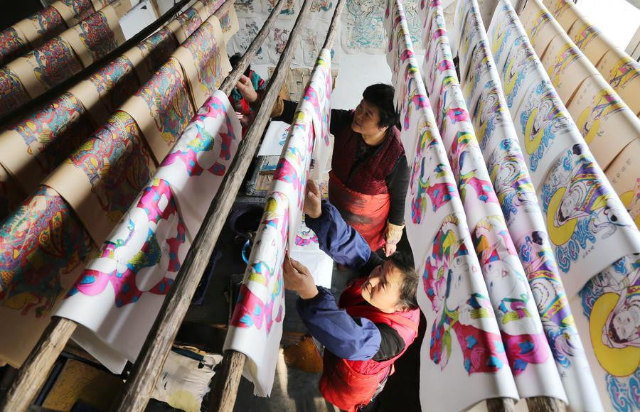 Folk artists make woodblock paintings for Spring Festival