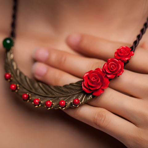 Classical lacquer flower short clavicle necklace