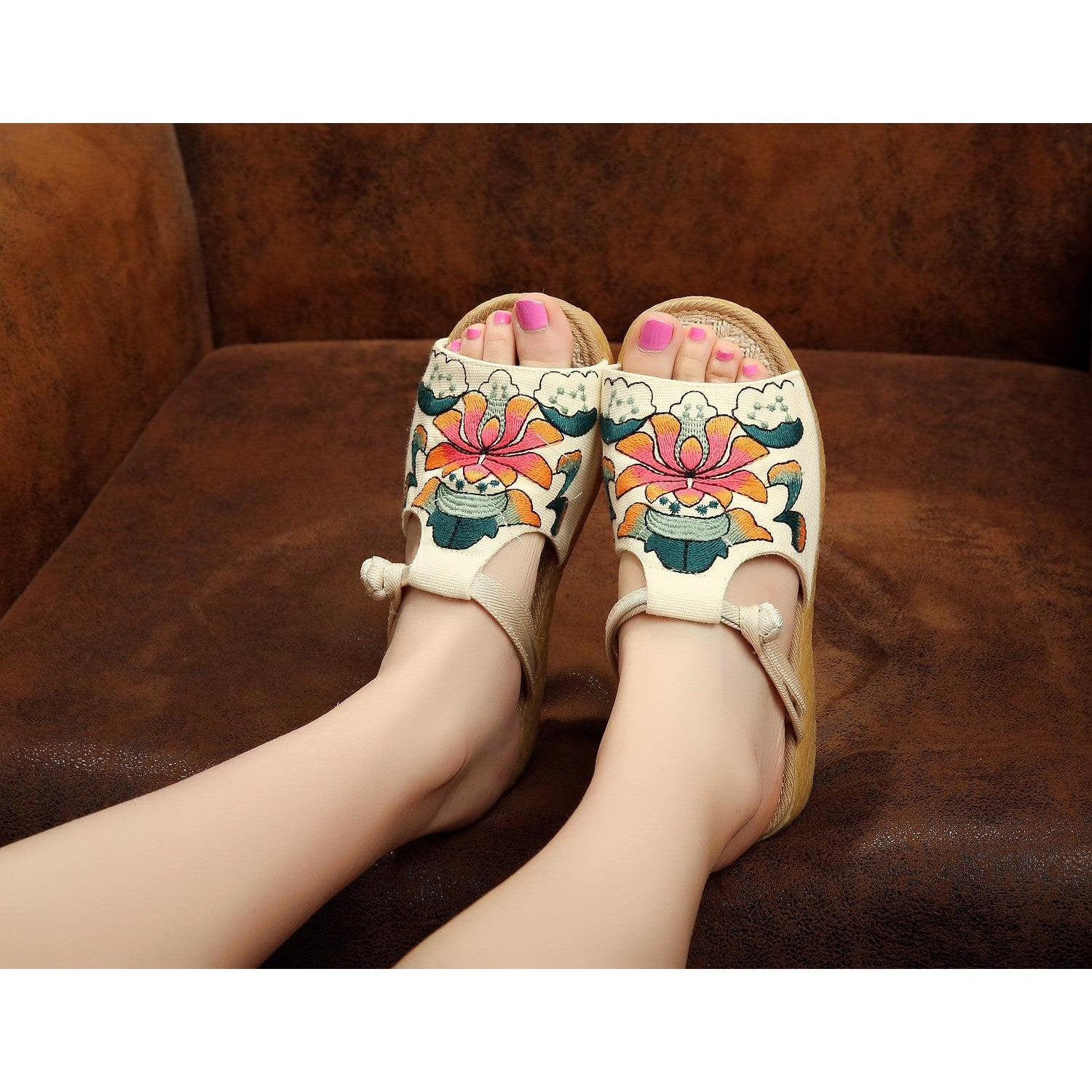 Fashionable handmade vintage printed embroidery wedge sundals
