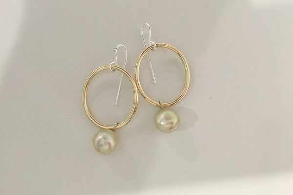 YELLOW GOLD HOOP EARRINGS WITH PEARL