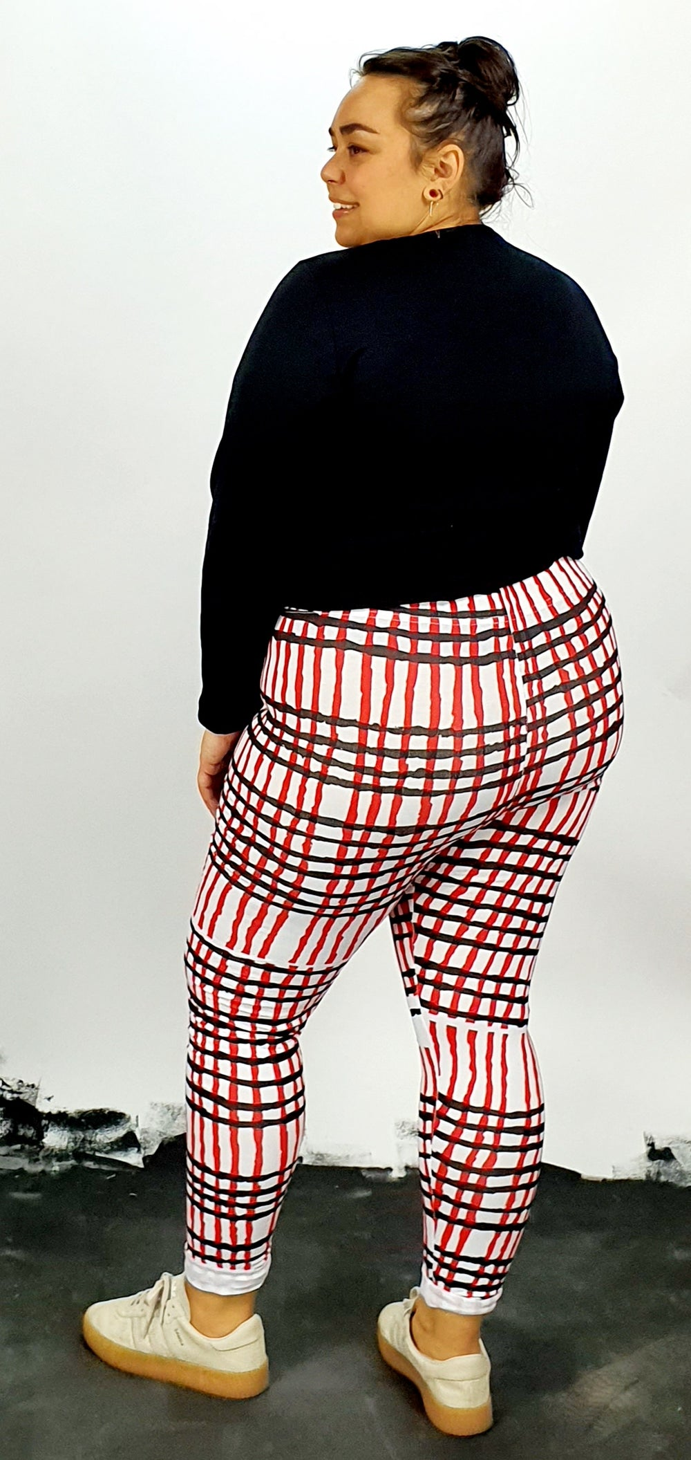 Black and red print on white cotton lycra leggings
