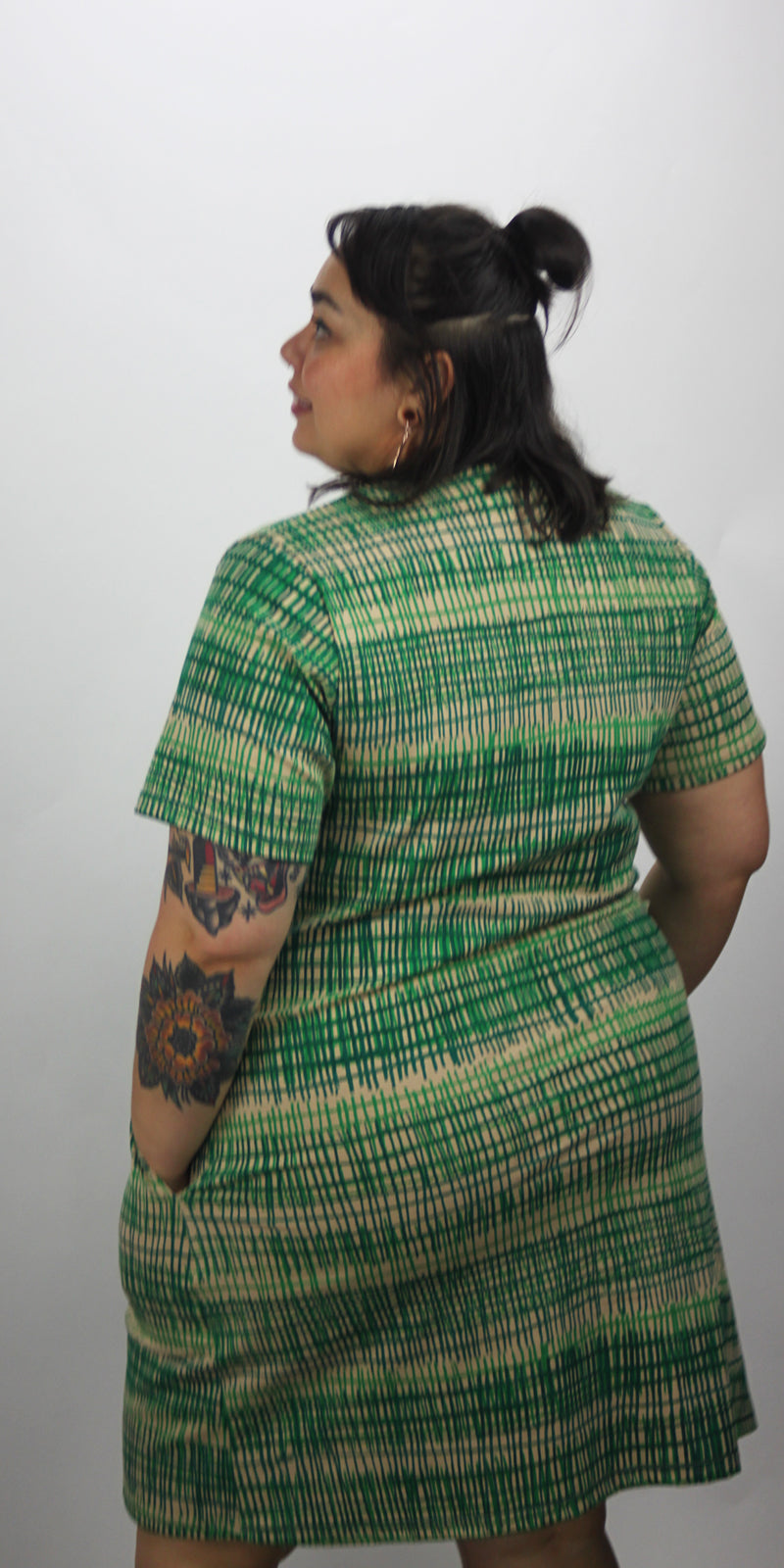 Round neck short pocket dress with green fence print and sleeves