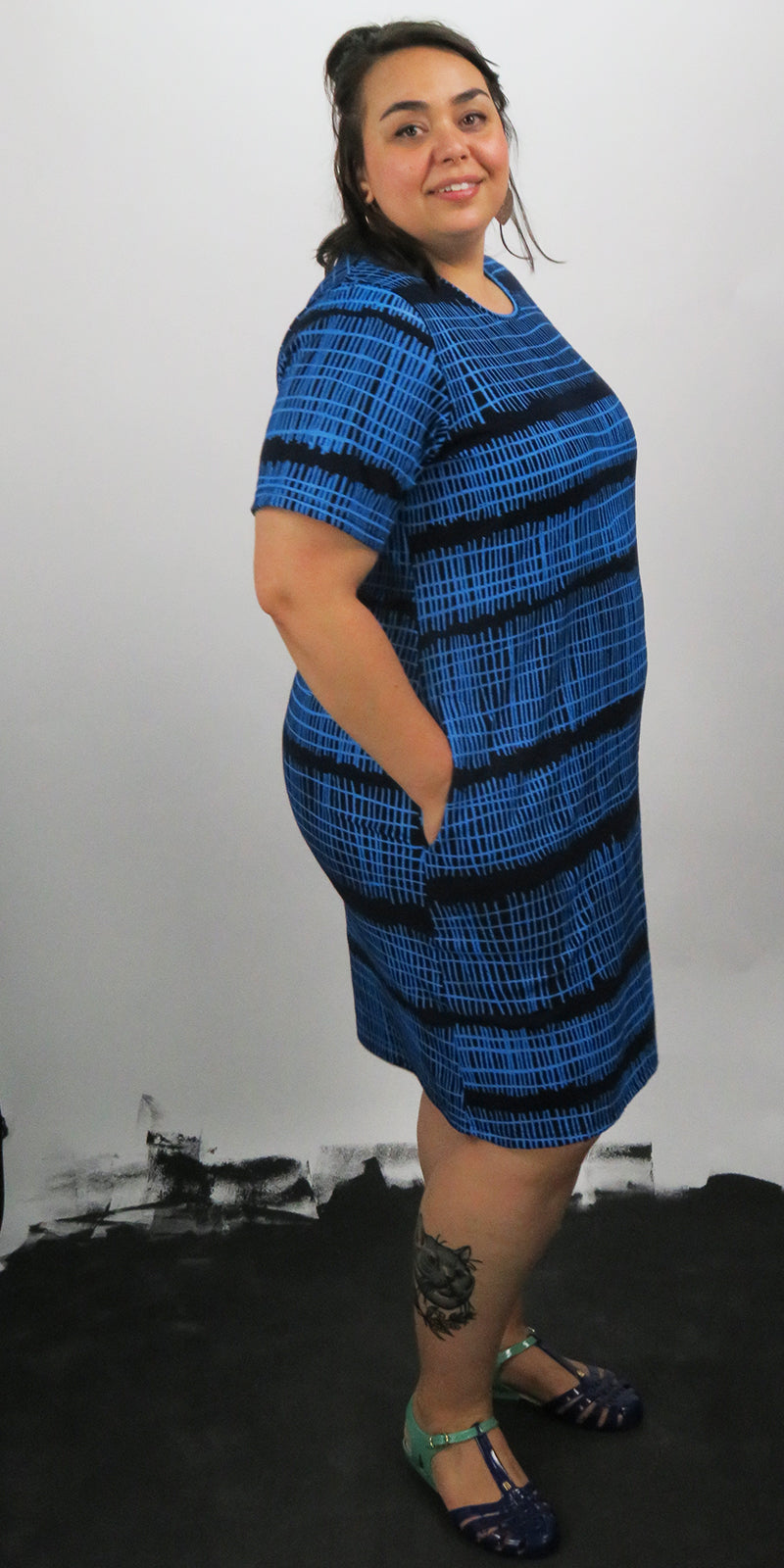 Round neck short pocket dress with blue fence print with sleeves