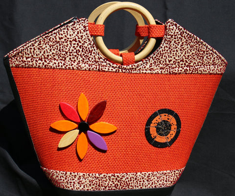 Boat-shaped Handbag with Wooden handle and embellished with beads.